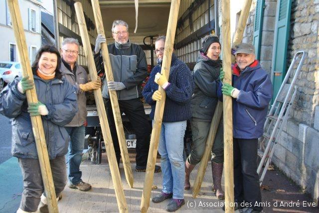 l'équipe décharge le camion qui apporte les matériaux